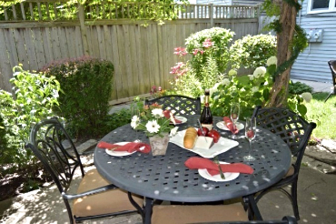 Chicago Guest House on Lakewood Ave lush garden with outdoor dining and gas grills
