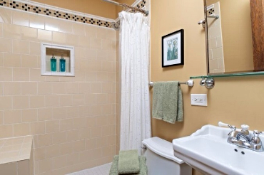 Chicago Guest House on Lakewood Ave, 2nd floor apartment with full bathroom with shower only