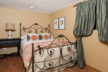 Chicago Guest House Wrigley Suite cozy queen bedroom