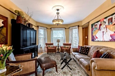 Chicago Guest House on Lakewood 3rd floor apartment. Living room with beautiful paintings