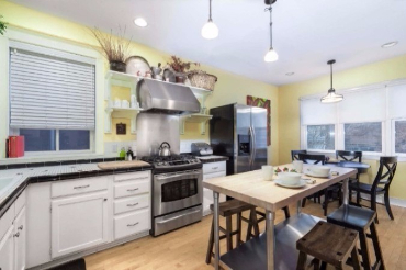 Chicago Guest House on Newport 1st floor apartment fully equipped dine-in kitchen.