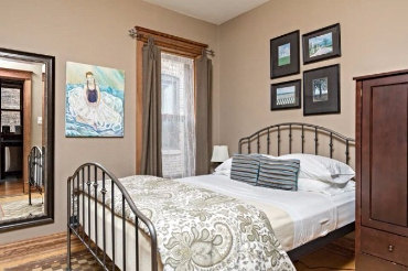 Chicago Guest House on Lakewood 3rd floor apartment. Cozy queen bedroom