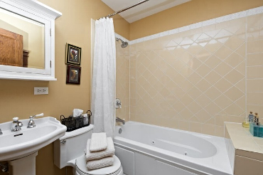 Chicago Guest House on Lakewood. Full bath with jetted tub.