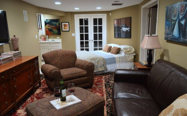 Chicago Guest House on Newport 1st floor apartment family room with extra bed