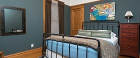 Chicago Guest House on Lakewood Ave 1st floor Wrigley Suite. Sleeps 6-9 guests.