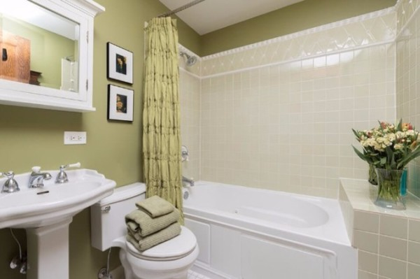 Chicago Guest House on Lakewood Ave, 2nd floor apartment with full bathroom with jetted tub