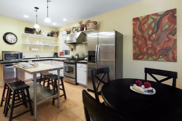 Chicago Guest House on Newport 1st floor apartment dine-in kitchen with seating for eight