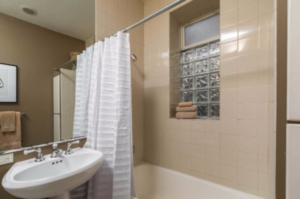 Chicago Guest House on Newport 1st floor apartment full bath
