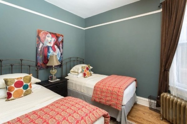 Chicago Guest House on Newport cozy twin bedroom