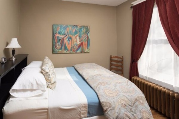 Chicago Guest House on Newport cozy queen bedroom