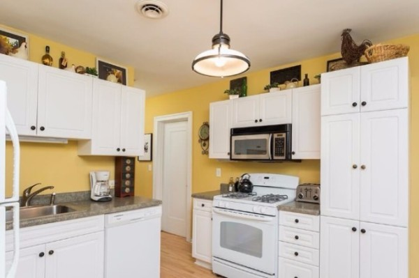 Chicago Guest House on Henderson. Fully equipped kitchen with everything you need and more