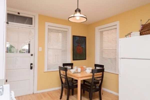 Chicago Guest House on Henderson. Fully equipped dine-in kitchen with seating for four.