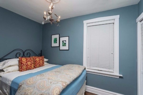 Chicago Guest House on Henderson. Cozy queen bedroom