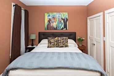 Chicago Guest House on Newport 1st floor apartment cozy king bedroom
