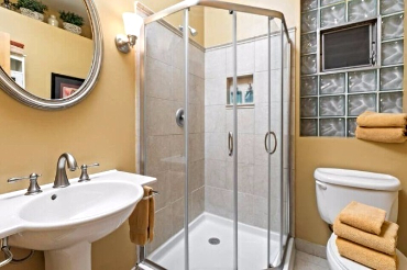 Vacation Rental. Chicago Guest House on Lakewood Ave, 1st floor Wrigley Suite. Full bath with shower only