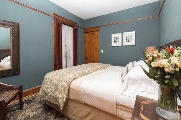 Chicago Guest House on Lakewood 3rd floor apartment. King bedroom