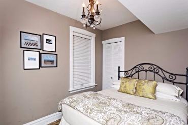 Chicago Guest House on Henderson. Cozy queen bedroom