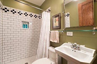 Chicago Guest House on Lakewood. Full bath with shower only