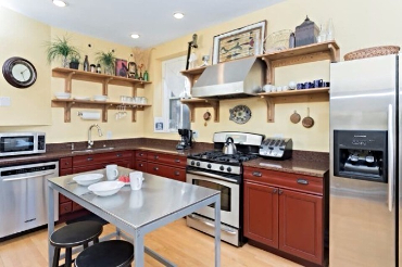 Chicago Guest House on Newport fully equipped kitchen