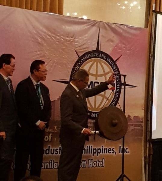 Y. B. Dato' Sri Mustapa Mohamed, Minister of International Trade & Industry, striking the gong to officiate the launch of MCCI