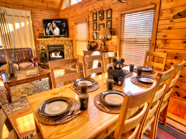 Black Bear Falls Cabin - Large Dining Table seats 8 guests