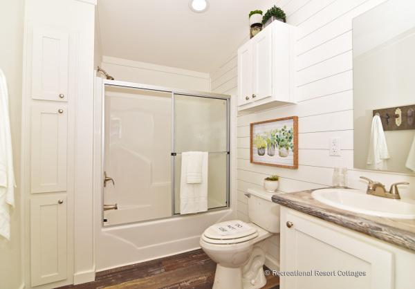 PlatinumCottages-Farmhouse Elly Mae Guest Bathroom