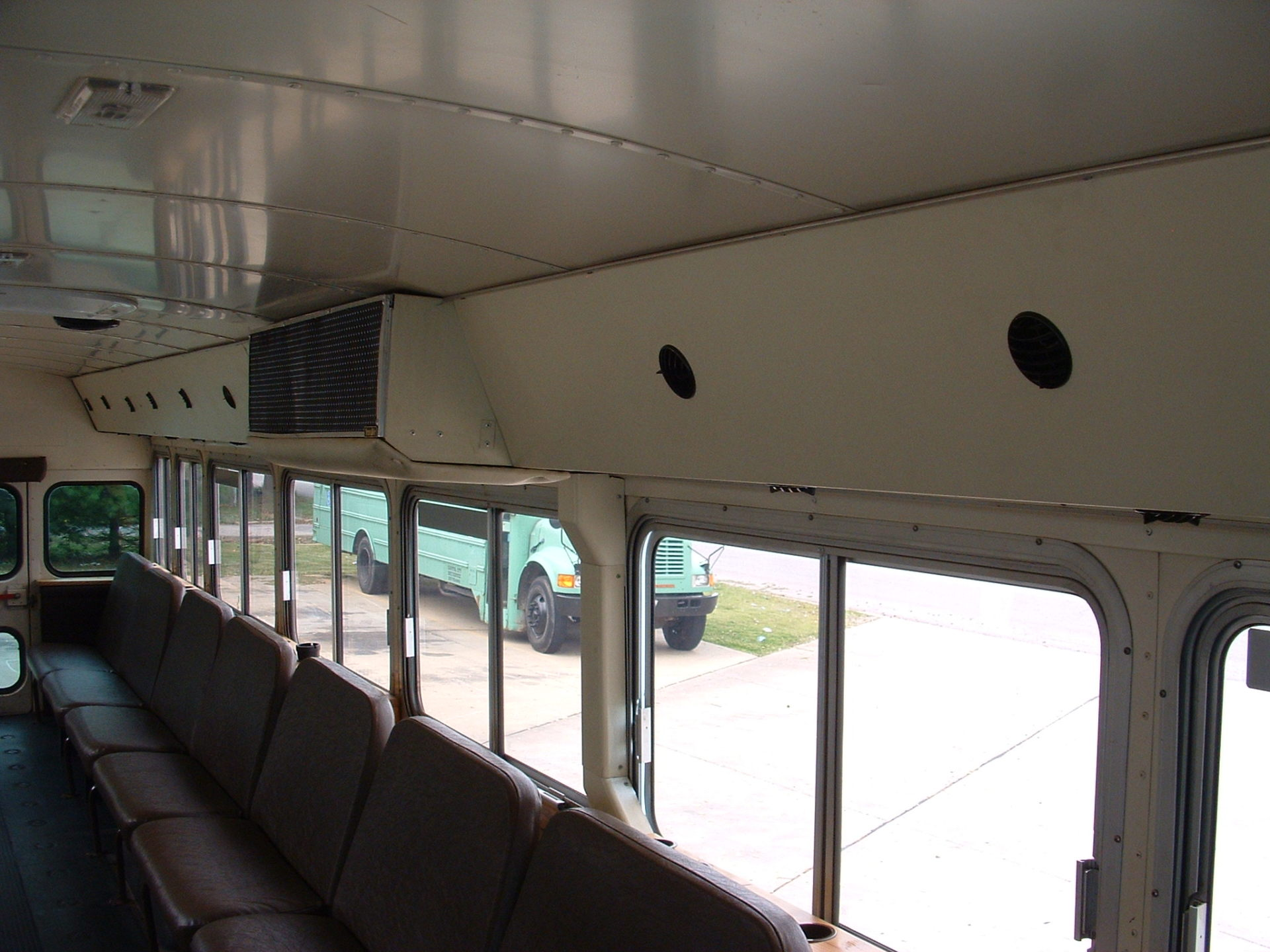 DUCTED A/C KEEPS ENTIRE BUS COOL