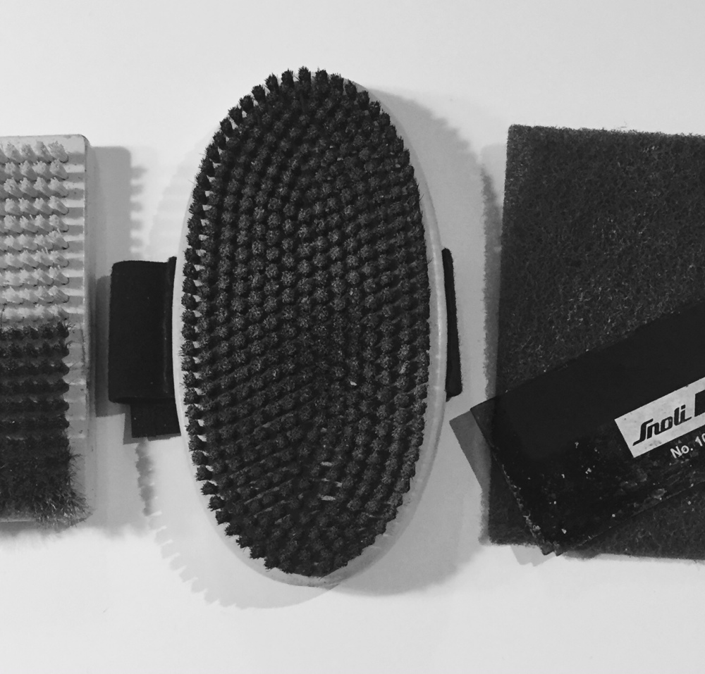 Ski waxing brush, for servicing skis