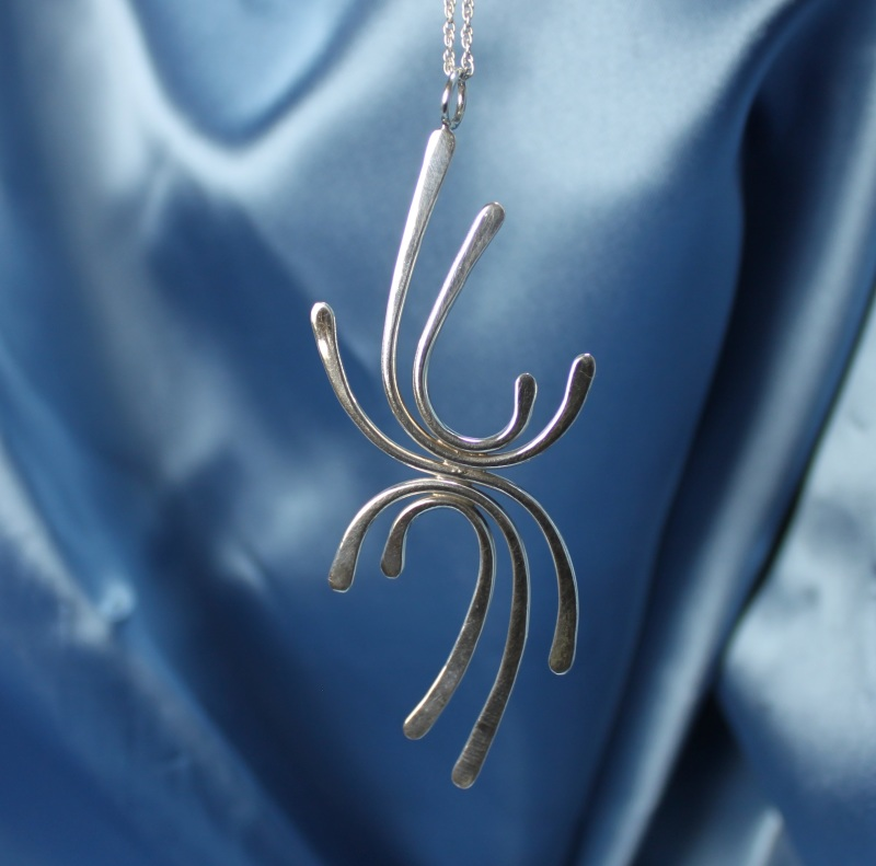 Curved wire pendant