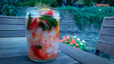 Maple lemonade with fresh strawberries and mint