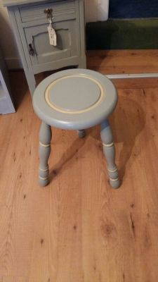 Small painted stool/table 28 Euro