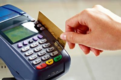 Apesar de juros menores, cartão de crédito cobra 397% anuais