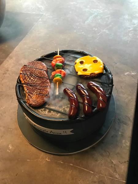 Grill cake with special effects.