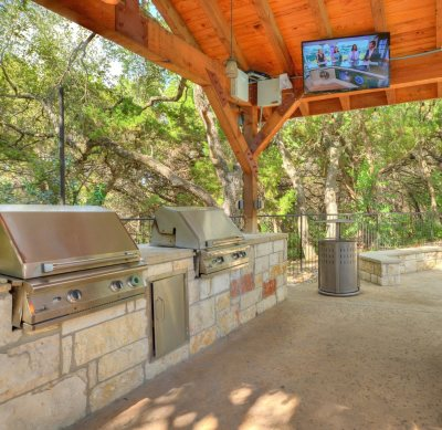 Al Fresco kitchen in Austin condo outdoor space