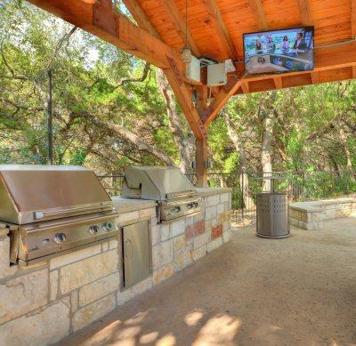 Al Fresco kitchen in Austin condo outdoor space