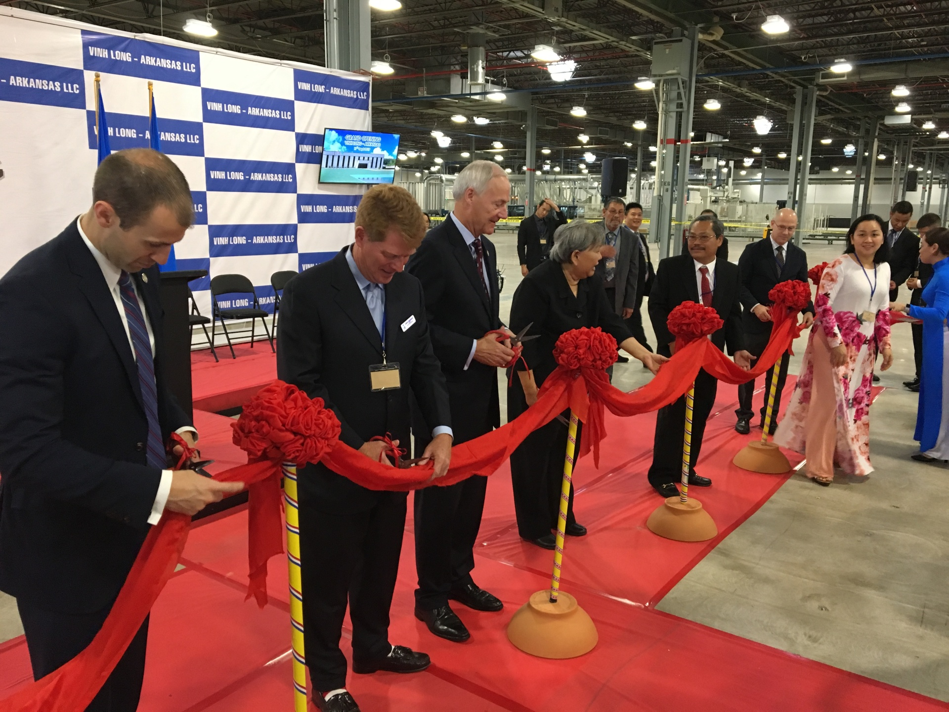 Vinh Long-Arkansas cuts ribbon on furniture factory, opens to public