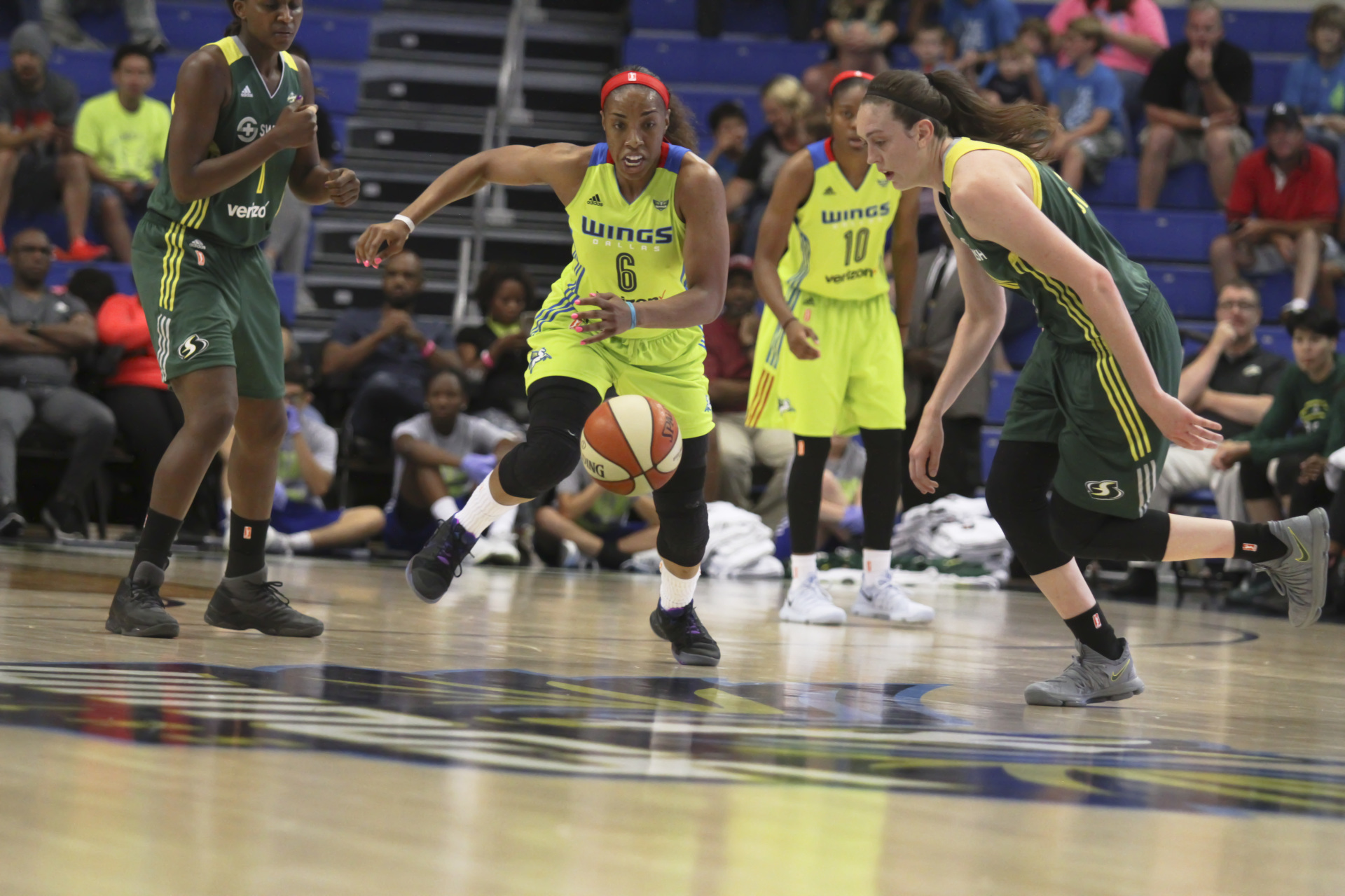 August 4, 2017 - Arlington, TX - The Dallas Wings' Kayla Thornton (6) chases after the ball in the game between the Dallas Wings and Seattle Storm. (Anthony Mazur/AM News Net)