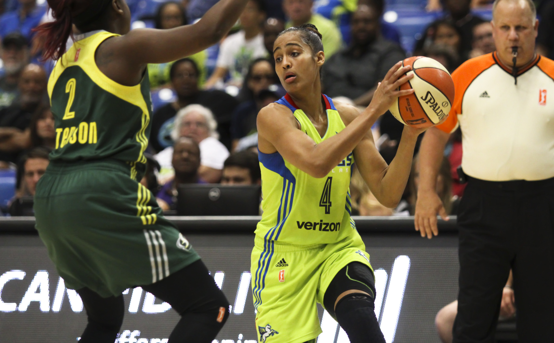 August 4, 2017 - Arlington, TX - The Dallas Wings' Skylar Diggins-Smith tries to pass the ball in the game between the Dallas Wings and Seattle Storm. (Anthony Mazur/AM News Net)