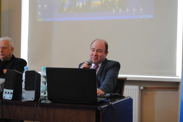 Po mojej lewej stronie dr Wiktor Ross Studium Europy Wschodniej Uniwersytetu Warszawskiego