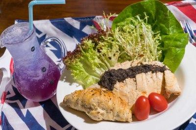 低溫慢煮雞胸配黑松露醬及五榖牛角包、沙律菜
