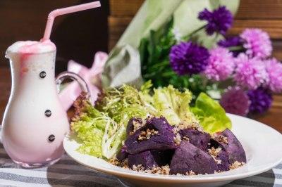 藜麥紫薯跟五榖牛角包配沙律菜