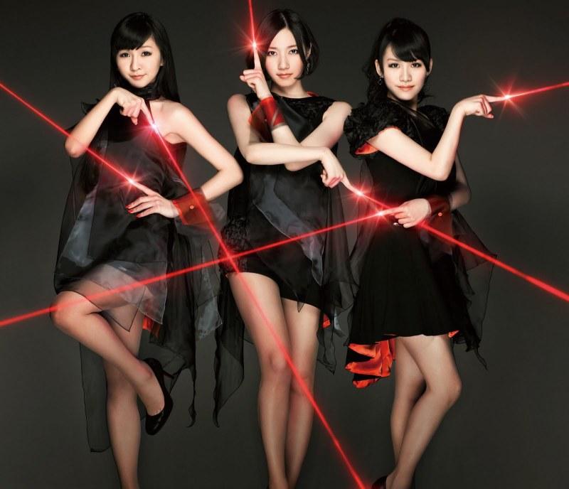 Perfume - grupo feminino japonês, de J-Pop e Electropop, originário de Hiroshima Japão. Ele é composto por três integrantes Ayano Ōmoto (Nocchi), Yuka Kashino (Kashiyuka) e Ayaka Nishiwaki (A~chan). Tudo sobre Perfume na Dopeka, https://dopeka.com/