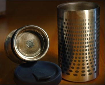 Επιχειρηματικές ιδέες: Φορητή μηχανή καφέ και θερμός σε ένα ποτήρι.