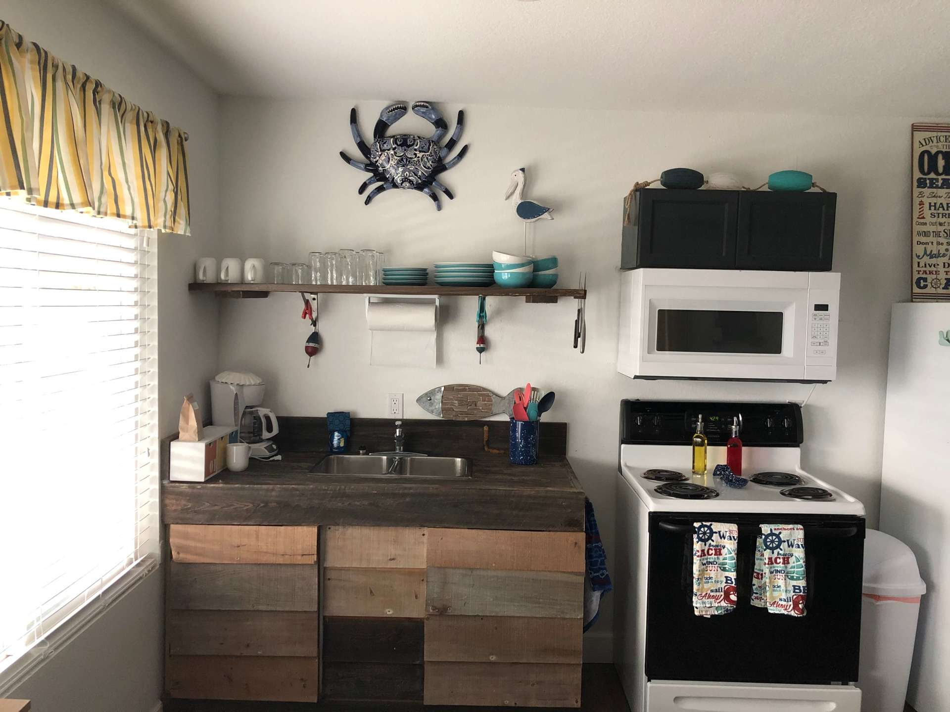 Fully Equipped Kitchen With Seating for 4