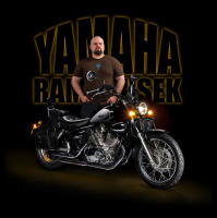 Portrét s motorkou Yamaha