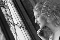 Černobílý portrét v interiéru