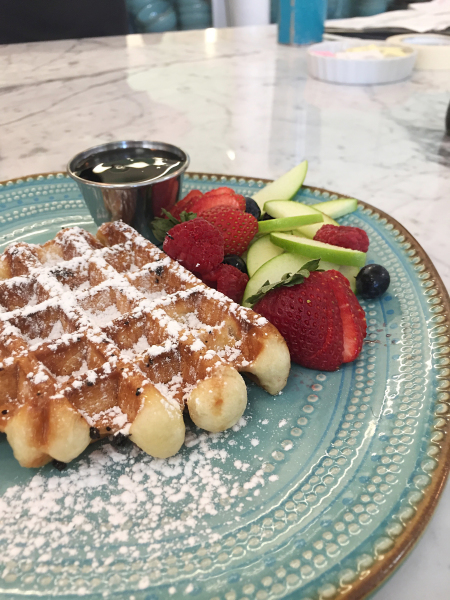Liège waffle with maple syrup and fruit