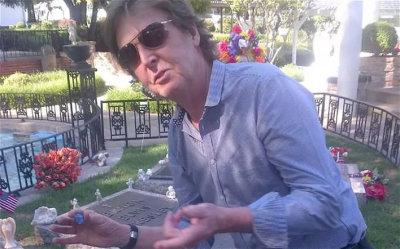 Paul McCartney visits Graceland
