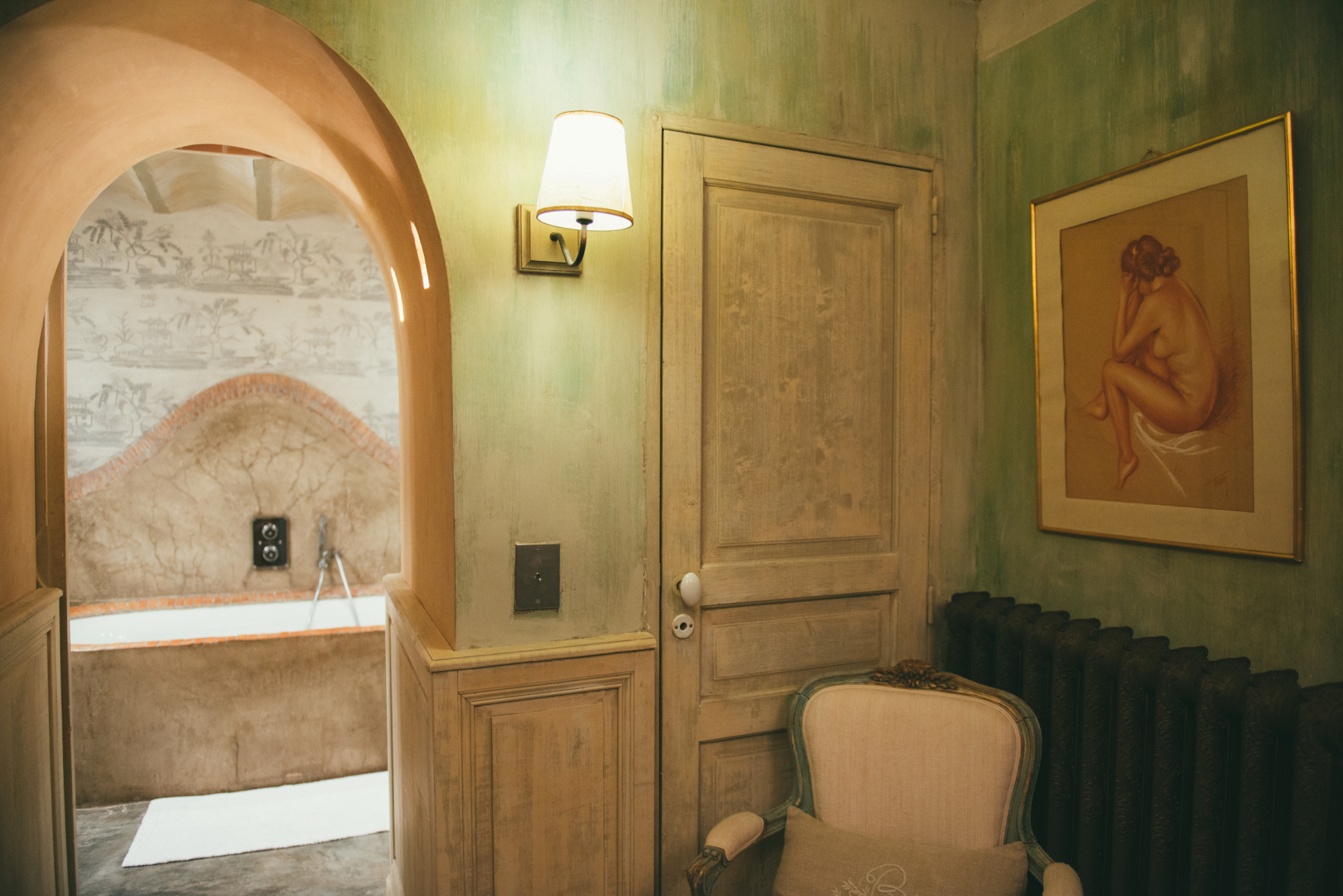 Vue de la salle de bain a partir du dressing