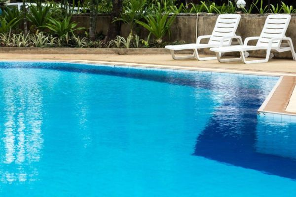 Guide to Selecting the Right Pool Maintenance Services
